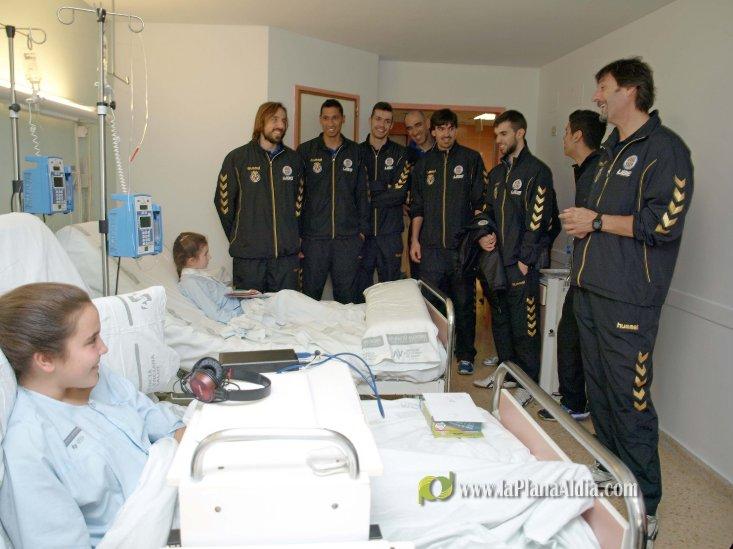 Los jugadores del Illa Grau visitan a los niños hospitalizados en el ... - La Plana al Dia