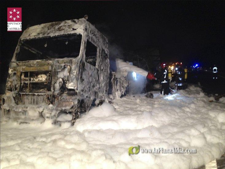 Arde un camión de mercancías peligrosas en la AP7 a la altura de Benicàssim